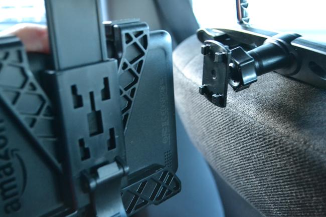 タブレット本体にホルダーを設置してアーム部分に引っ掛ければ取り付けは完了